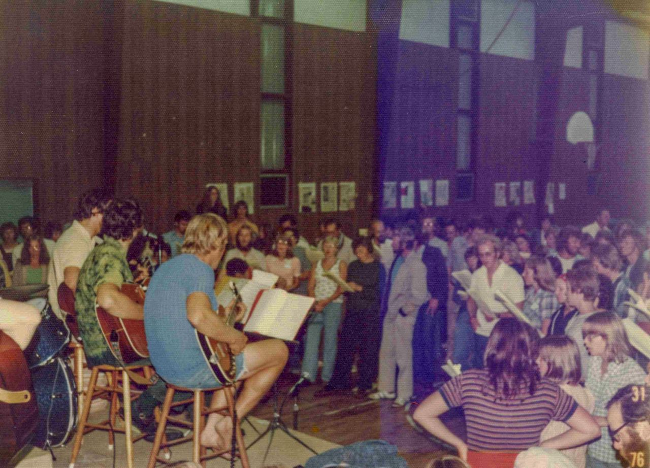 1976 - Standing room singing